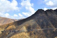 Красивые вулканические горы и голубое небо Фуэртевентура Стоковые Фото