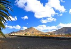 Красивые вулканические горы и голубое небо Фуэртевентура Стоковые Фотографии RF