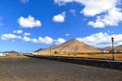 Красивые вулканические горы и голубое небо Фуэртевентура Стоковое Изображение RF