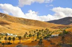 Красивые вулканические горы и голубое небо Фуэртевентура Стоковые Изображения RF