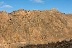 Красивые вулканические горы и дорога на наклоне горы Дорога от Ла обстроганного к Betancuria Фуэртевентура Стоковое Изображение RF