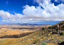 Красивые вулканические горы, облака и голубое небо Фуэртевентура Стоковое Изображение RF