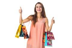 Красивые выставки девушки потехи классифицируют и держат руки пакетов цвета изолированный на белой предпосылке Стоковое Изображение RF