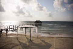 Красивые газебо и небо пляжа Стоковые Изображения