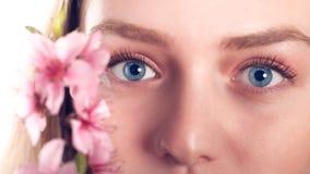 Красивые голубые глазы белокурой девушки с персиком цветут Стоковые Фото