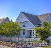 Красивые голубые дома около путей велосипеда озером Стоковые Изображения