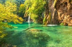 Красивые голубые озеро и waterwalls в национальном парке plitvice стоковая фотография