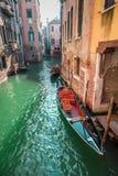 Красивые гондолы на канале в Венеции Стоковое Изображение