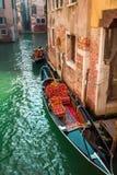 Красивые гондолы на канале в Венеции Стоковая Фотография