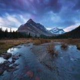 Красивые горные виды осени в национальном парке Banff в скалистых горах Альберты Канады Красочное озеро, первый снег стоковая фотография