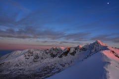 Красивые горные пики вечером стоковые изображения rf