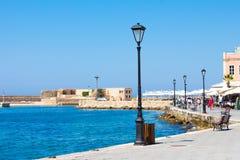 Красивые городской пейзаж и прогулка в городе Chania на острове Крита, Греции стоковое фото rf