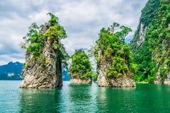 Красивые горы в запруде Ratchaprapha на PA Khao Sok национальном Стоковые Фото