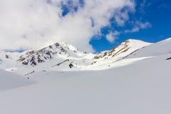 Красивые горы, голубое небо и белый снег Стоковое Фото