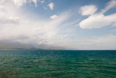 Красивые горы и аквамарин Тавра мочат в Турции Стоковое Изображение