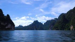 Красивые горы и небо с облаками на озере Lan Cheow видеоматериал