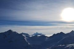 Красивые горы с голубым небом, снежные пики зимы изумительный сценарный ландшафт природы Стоковое Изображение RF