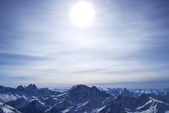 Красивые горы с голубым небом, снежные пики зимы изумительный сценарный ландшафт природы Стоковая Фотография RF