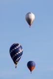 Красивые горячие воздушные шары двигая в голубое небо Стоковое Фото