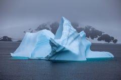 Красивые голубые айсберг и океан Специфический ландшафт Антарктики Стоковое Изображение RF