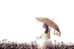 Красивые глаза закрыли женщину искусства с зонтиком в луге Стоковая Фотография