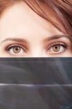 Красивые глаза доктора и рентгеновский снимок или рентгеновский снимок Стоковые Фото