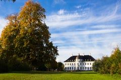 Красивые дворец и парк Bernstoff около Копенгагена, Дании Стоковые Фотографии RF