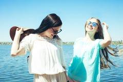 Красивые девушки в солнечных очках Стоковые Изображения RF
