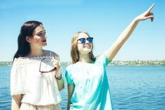 Красивые девушки в солнечных очках Стоковое Фото