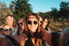 Красивые девушки делают selfie Стоковые Фото