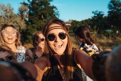 Красивые девушки делают selfie Стоковое Фото