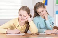 Красивые девушки делая домашнюю работу Стоковое фото RF