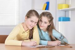 Красивые девушки делая домашнюю работу Стоковая Фотография RF