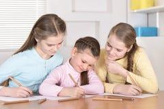 Красивые девушки делая домашнюю работу Стоковое Фото