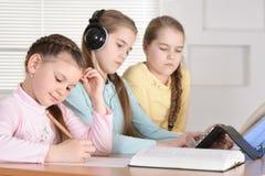 Красивые девушки делая домашнюю работу Стоковая Фотография