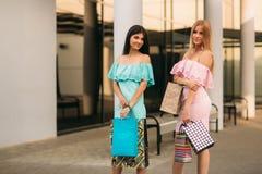 Красивые девушки идут ходить по магазинам день солнечный Стоковое Изображение RF