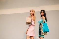Красивые девушки идут ходить по магазинам день солнечный Стоковые Изображения RF