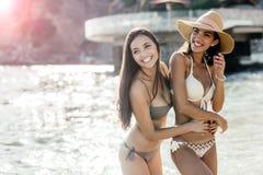 Красивые девушки наслаждаясь океаном Стоковые Изображения RF