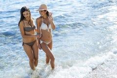 Красивые девушки наслаждаясь океаном Стоковая Фотография RF