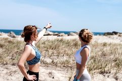 Красивые девушки смотря на океане Стоковое фото RF