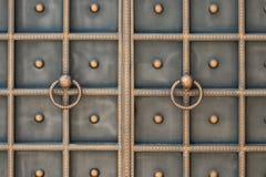 Красивые декоративные элементы металла выковали чугунные ворота стоковое изображение