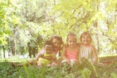 Красивые дети наслаждаясь в парке Стоковые Фото