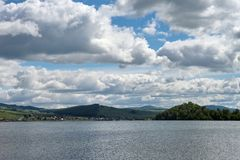 Красивые дождевые облако над озером и деревней на своем береге Стоковая Фотография RF
