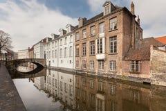 Красивые дома вдоль каналов Brugge, Бельгии Назначение туризма в Европе стоковое изображение