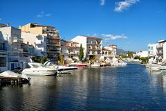 Красивые дома и гостиницы на берегах канала в Empuriabra стоковое изображение rf