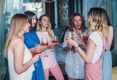 Красивые друзья женщин имея потеху на партии Bachelorette Стоковая Фотография RF