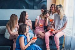 Красивые друзья женщин имея потеху на партии Bachelorette Стоковые Фотографии RF