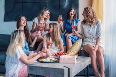 Красивые друзья женщин имея потеху на партии Bachelorette Стоковое Фото