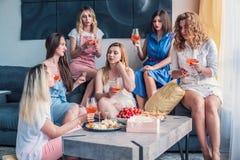 Красивые друзья женщин имея потеху на партии Bachelorette Стоковое фото RF