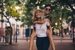 Красивые друзья имея потеху outdoors Стоковые Изображения